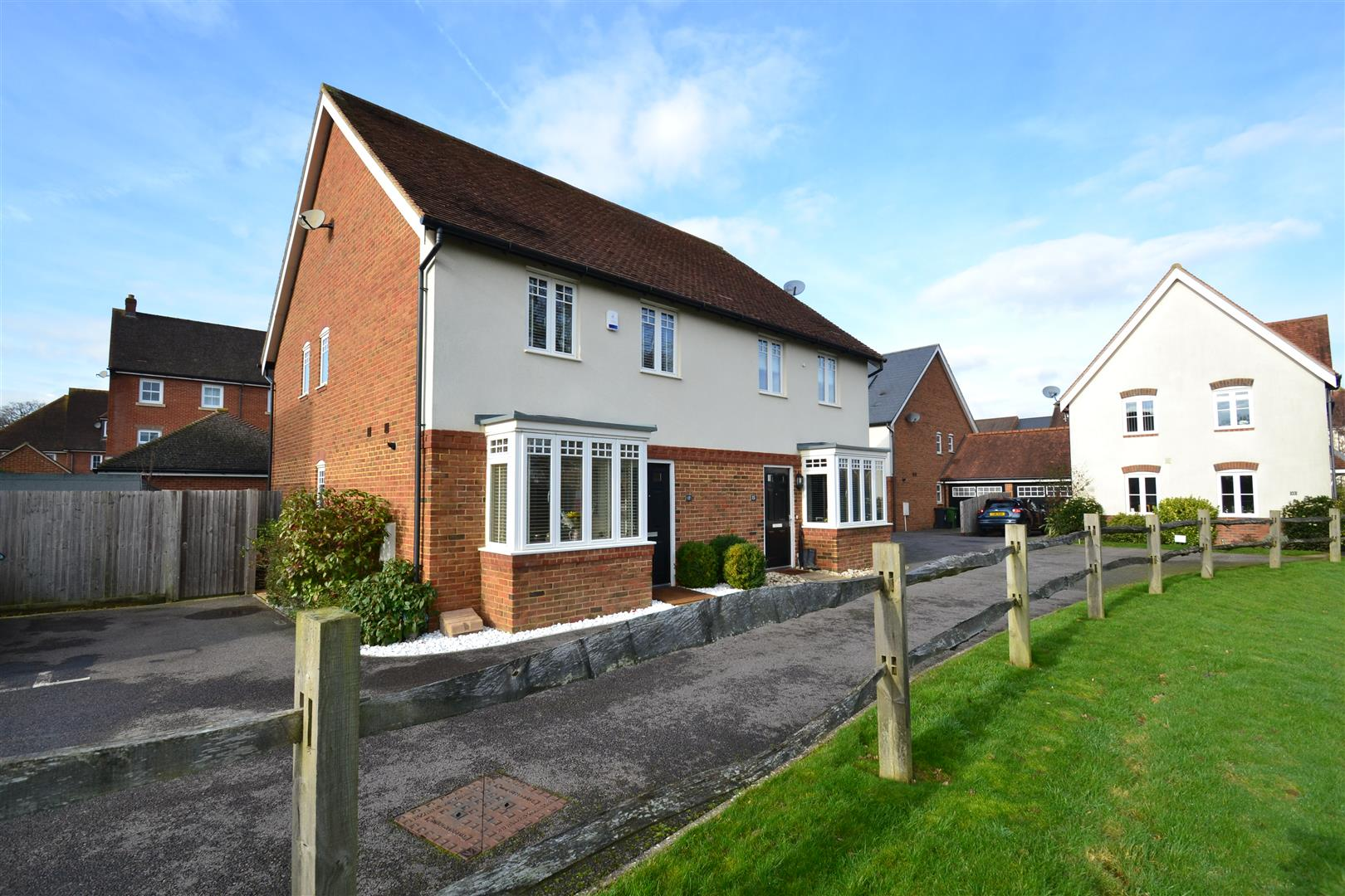 3 Bedrooms Semi Detached House for sale in Newman Road, Horley